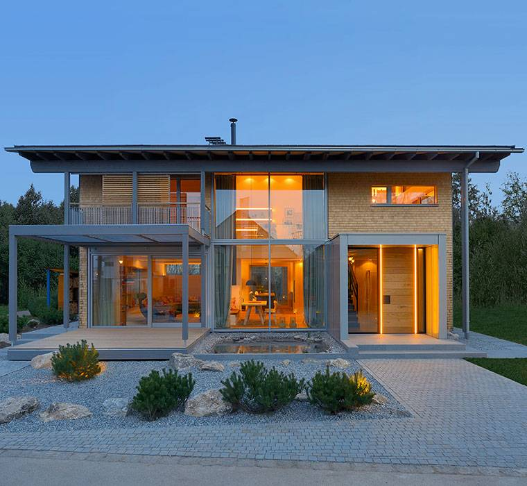 Chalet style houses by baufritz for Chalet modern bauen